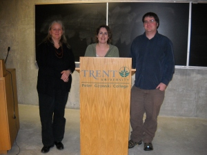Photo of Kelley Armstrong (centre) with Ellen Bentzen (left) and Derek Newman-Stille (right) at a lecture at Peter Gzowski College, Trent University.
